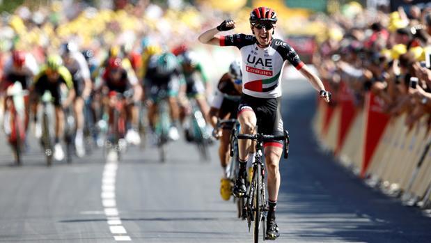 Dan Martin celebra la victoria sobre la línea de meta