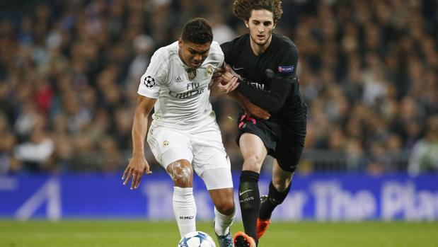 Rabiot pugna un balón con Casemiro durante un partido entre el PSG y el Real Madrid