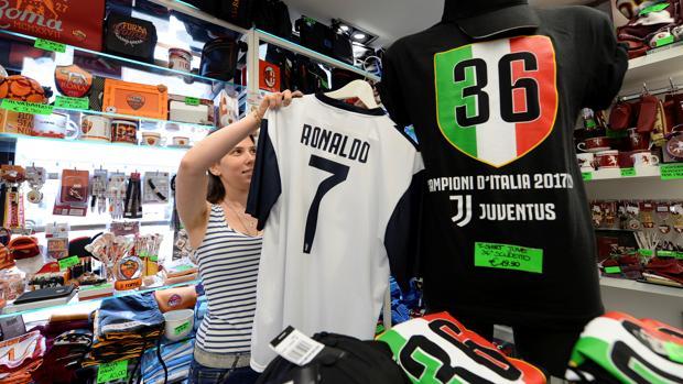 db8dde9920ba2 Fútbol Las camisetas de Cristiano se venden ya en las tiendas italianas