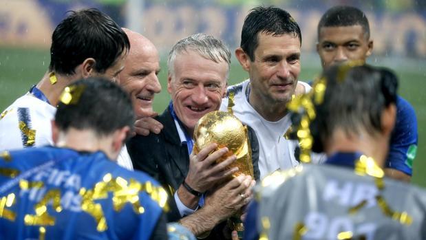 Deschamps y su cuerpo técnico, con el trofeo