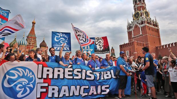 Aficionados franceses en Moscú, donde hoy se disputa la final del Mundial