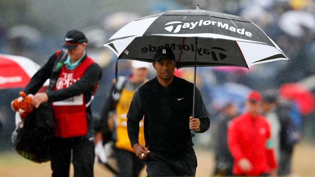 Tiger Woods fue uno de los protagonistas del día al sobreponerse al mal tiempo en Carnoustie