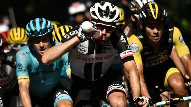 Dumoulin bebe durante la 16ª etapa del Tour de Francia 2018