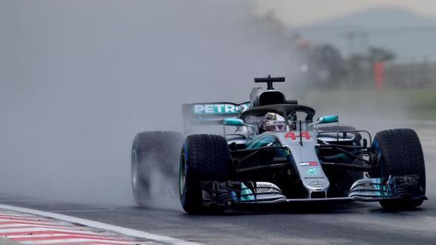 Lewis Hamilton, del equipo Mercedes, bajo la lluvia en Hungaroring