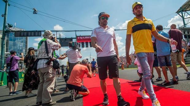 Fernando Alonso y Carlos Sainz pasean juntos antes del Gran Premio de Hungría