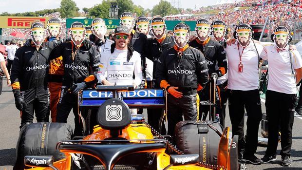 Los mecánicos de Fernando Alonso le desean un feliz cumpleaños con caretas con su cara
