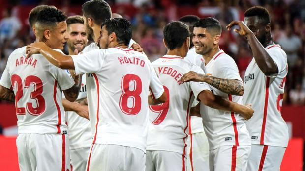 Los jugadores del Sevilla celebran el gol de Éver Banega