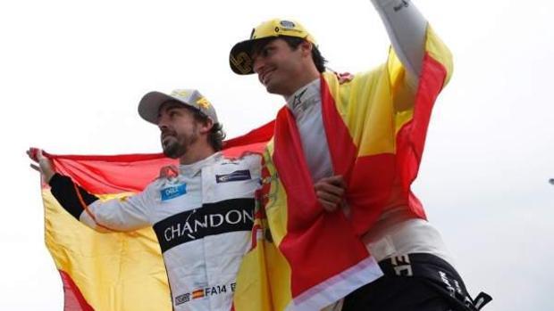 Imagen de los dos pilotos españoles Fernando Alonso y Carlos Sainz Jr. en el circuito de cataluña
