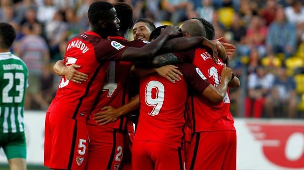 El Sevilla golea y pasa a la última ronda de la fase previa