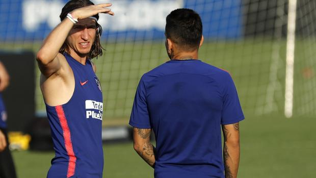 Filipe Luis, durante el entrenamiento previo al partido contra el Valencia