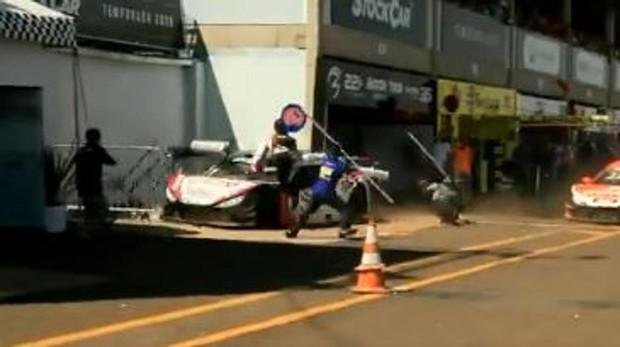 Erik Mayrink arrolla a los mecánicos en la calle de boxes