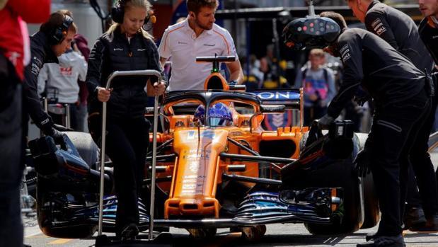 Fernando Alonso ayer en el garaje de McLaren