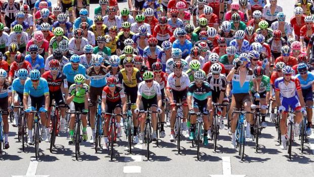 El pelotón rodando durante la segunda etapa de La Vuelta 2018