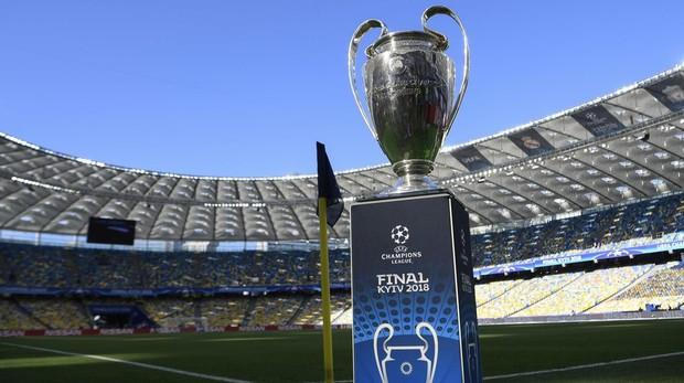 El trofeo de la Champions 2017-2018 en el estadio Olímpico de Kiev