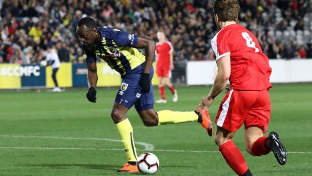 Usain Bolt, en el partido de su estreno como futbolista profesional