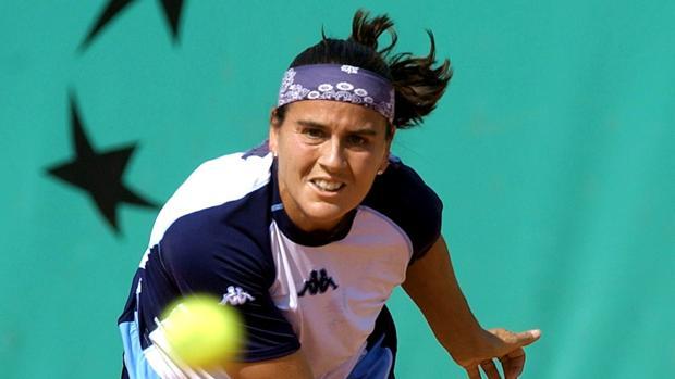 Conchita Martínez realiza un saque en el Roland Garros de 2003
