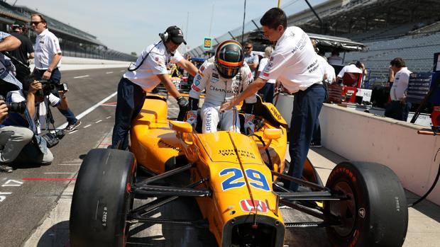 Alonso, durante los entrenamientos libres de las 500 millas de Indianápolis de 2017
