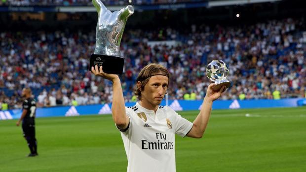Luka Modric ofrece el Santiago Bernabéu el premio de mejor jugador del año de la UEFA