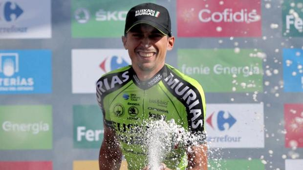 Óscar Rodríguez celebra su triunfo de etapa en la Vuelta a España