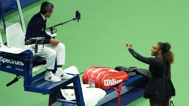 Serena Williams, en plena discusión con el juez de silla