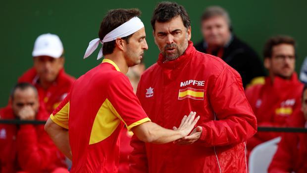 Sergi Bruguera (derecha), capitán español de la Copa Davis