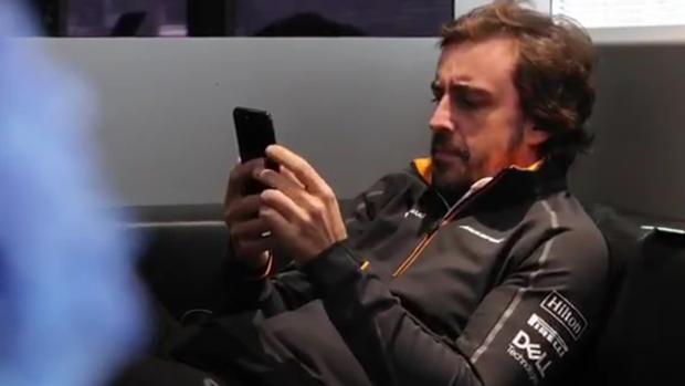 Fotograma del vídeo donde Alonso habla con Johnson