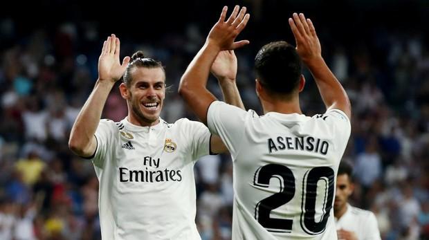 Asensio y Bale celebran un gol en el Santiago Bernabéu