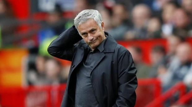 Mourinho, entrenador del Manchester United, con gesto contrariado ante el empate