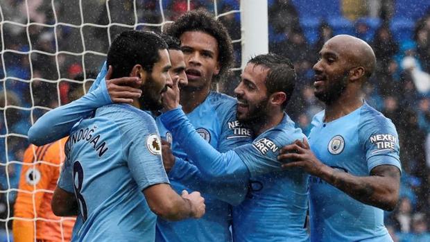 Riyad Mahrez celebra con sus compañeros el cuarto gol de su equipo