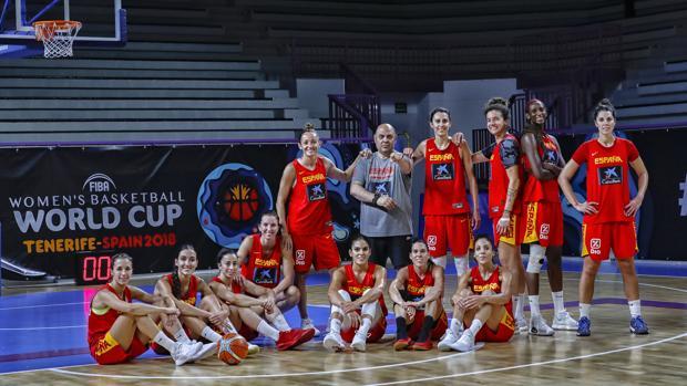 Las jugadoras de España y el seleccionador posan antes del estreno ante Japón