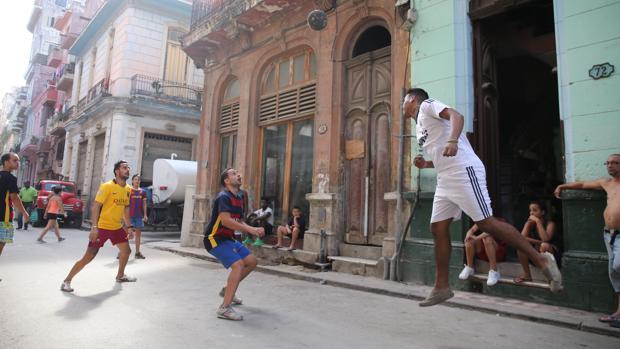 Varios aficonados improvisan un partido en las calles de La Habana