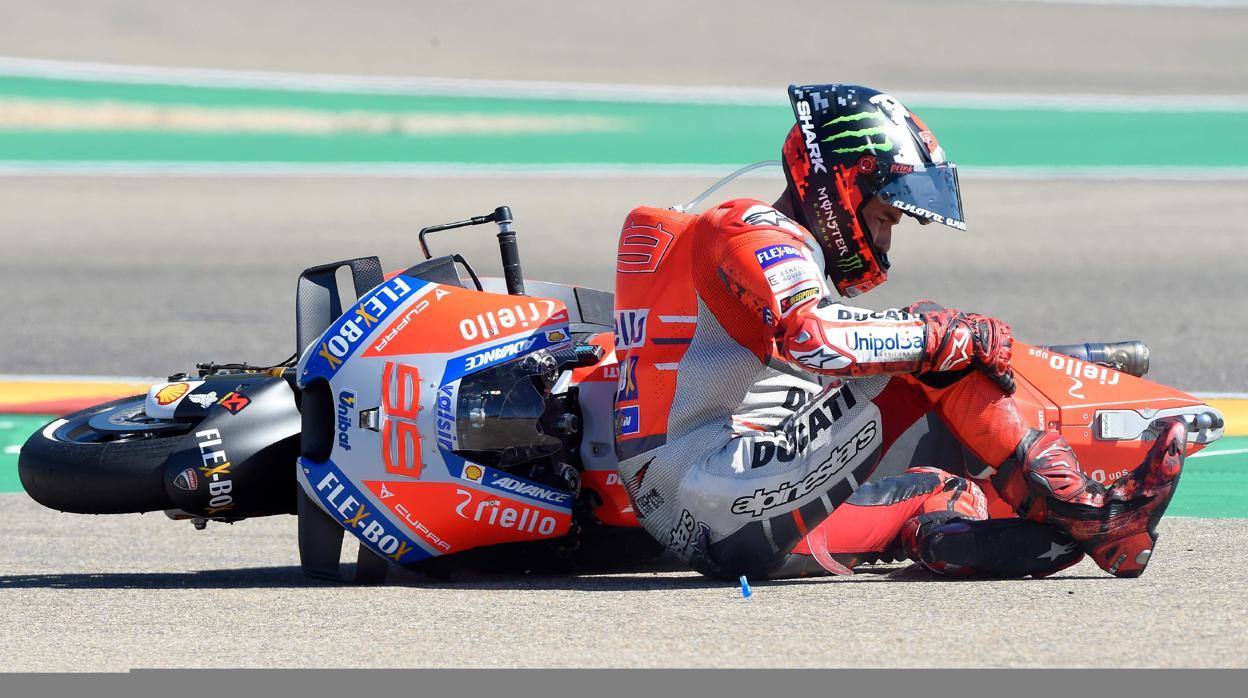Márquez llama a Lorenzo tras la polémica primera curva de Aragón