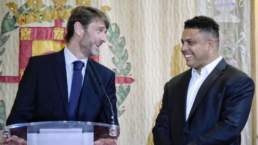 Ronaldo Nazario junto al antiguo presidente del Valladolid, Carlos Soler