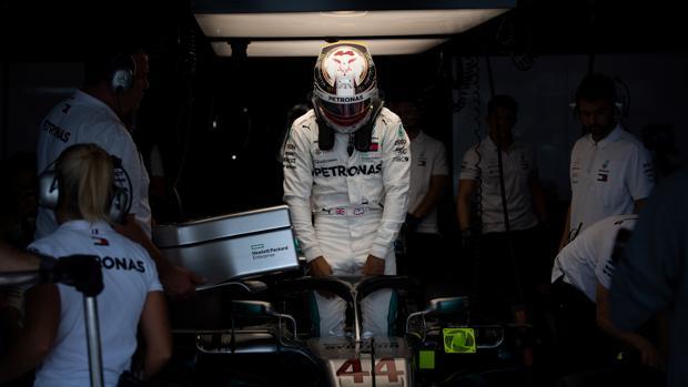 Hamilton, en el garaje de Mercedes