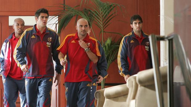 Oleguer Presas (derecha), junto a Senna, Valdés e Iván de la Peña en una concentración con España