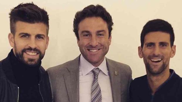 Piqué, junto al extenista Justin Gimelstob y Novak Djokovic