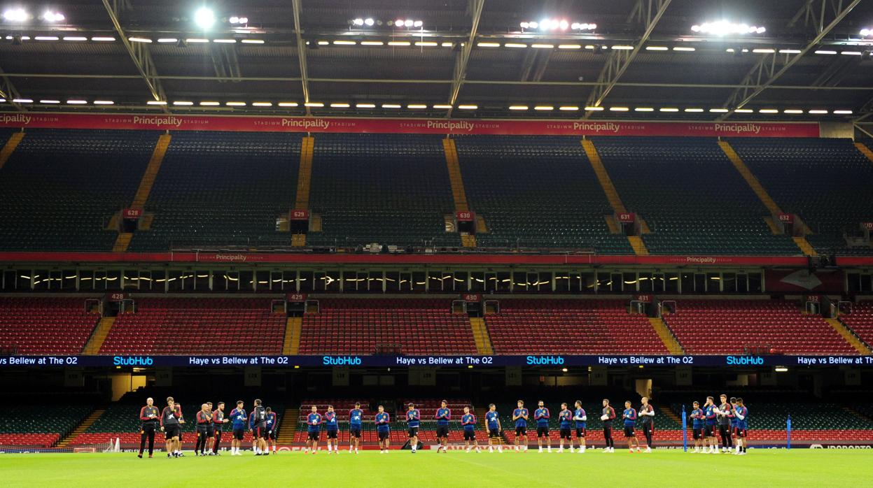 Minuto de silencio en Gales y brazaletes negros para la selección española