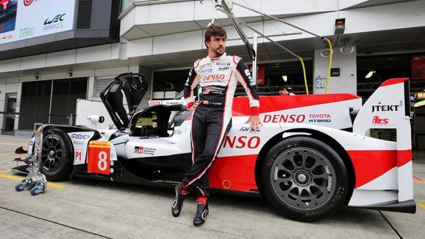 Fernando Alonso, junto al coche con el que compite en Fuji