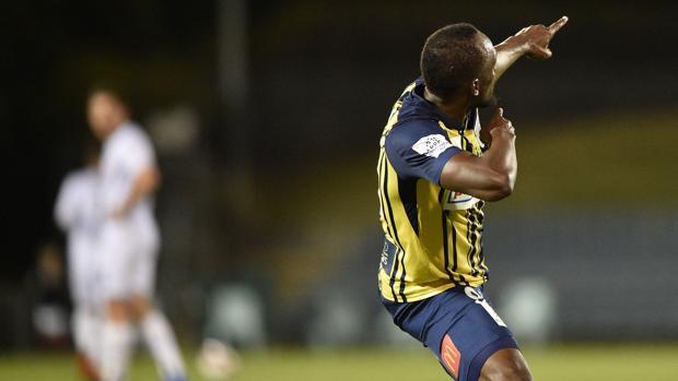 Usain Bolt celebra uno de sus goles en su debut como titular