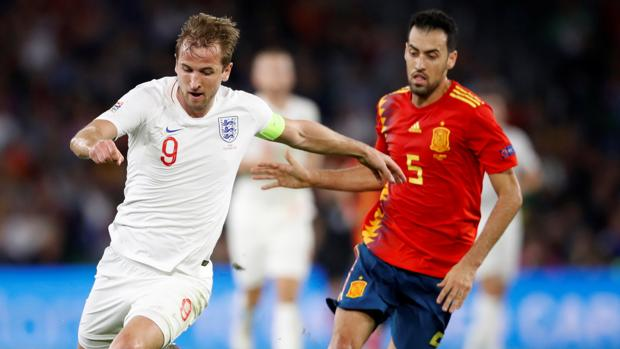 Busquets corre tras Harry Kane