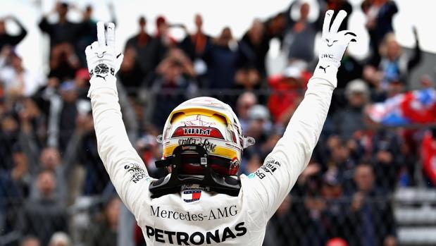 Hamilton festeja el primer puesto logrado en la clasificación