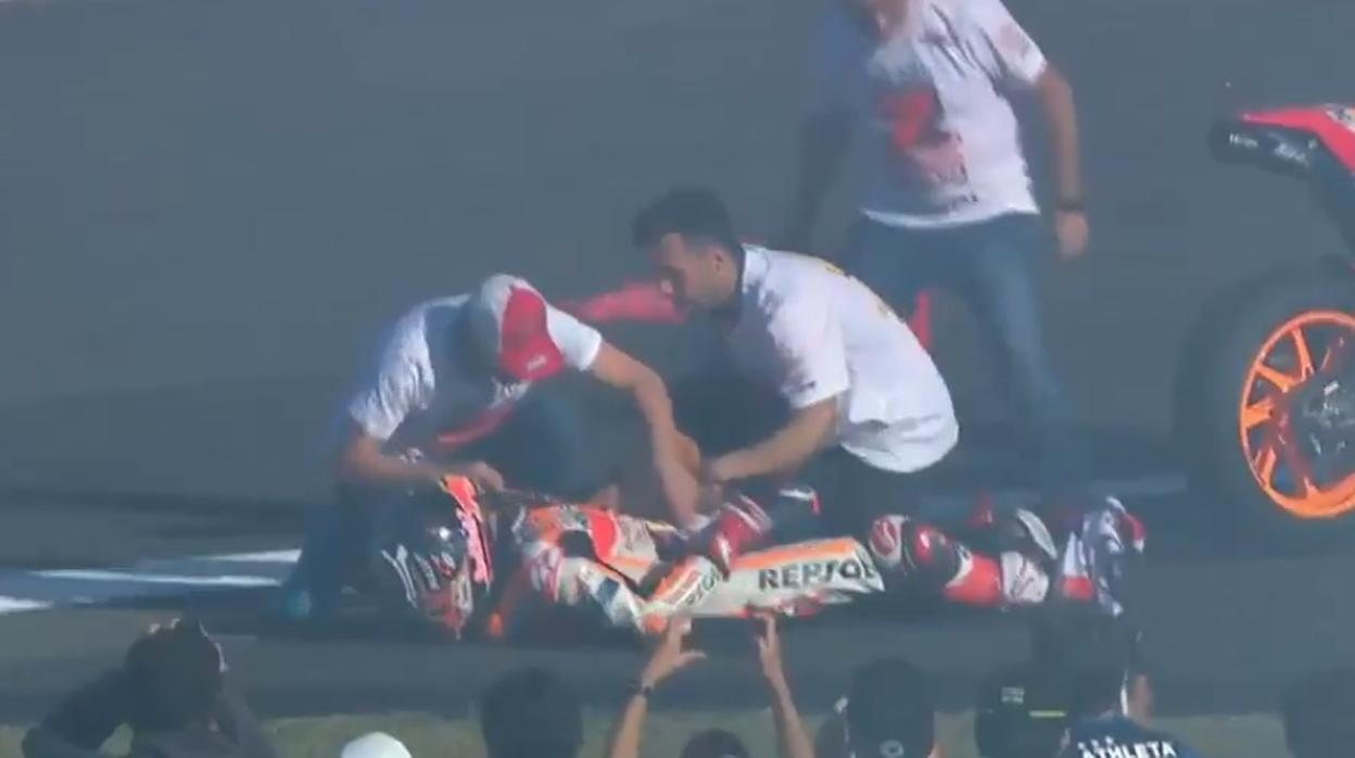 A Márquez se le sale el hombro en la celebración