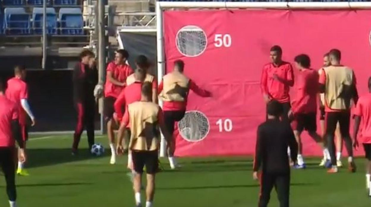 Sergio Ramos enfurece y le tira dos pelotazos a Reguilón