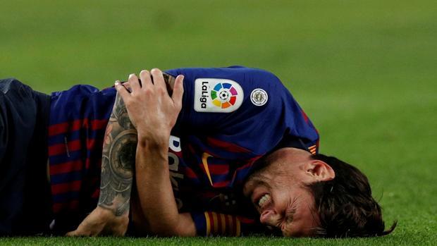 Messi se duele de su brazo tras caer en mala portura