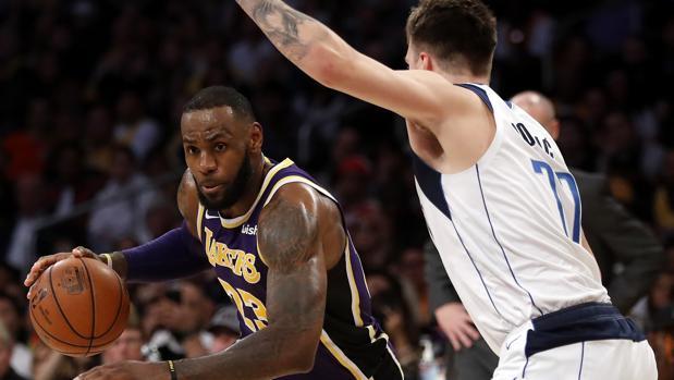 e51abc223fa NBA  Así fue el primer cara a cara entre LeBron James y Luka Doncic