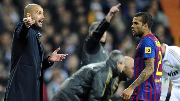 Guardiola da instrucciones a Dani Alves en su etapa en el Barcelona