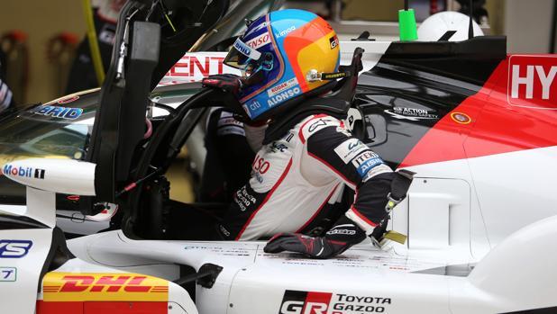 Alonso, subiéndose al Toyota