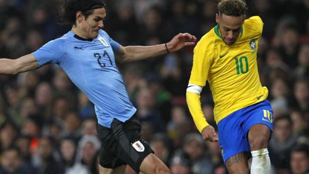 Cavani y Neymar, en la jugada que ocasionó su discusión