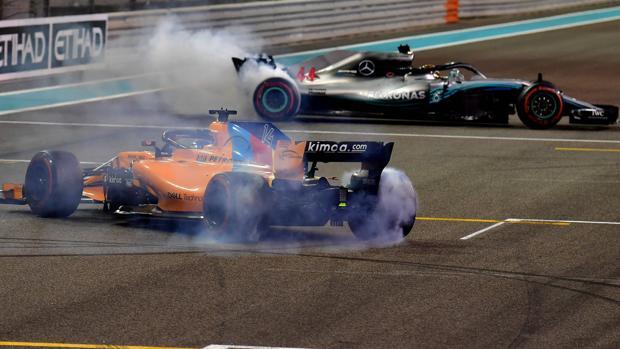 Alonso y Hamilton hacen 'donuts' al término de la carrera