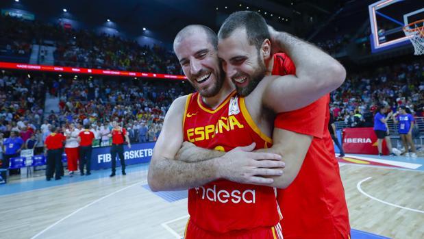 Pablo Aguilar abraza a Colom tras un partido de la selección española